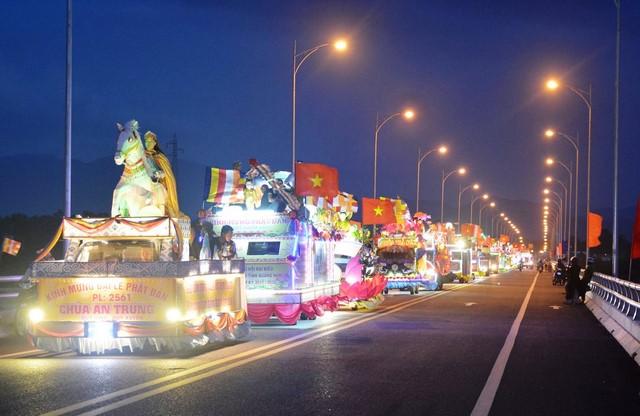 Duy Xuyên: Diễu hành xe hoa mừng Phật đản PL.2561
