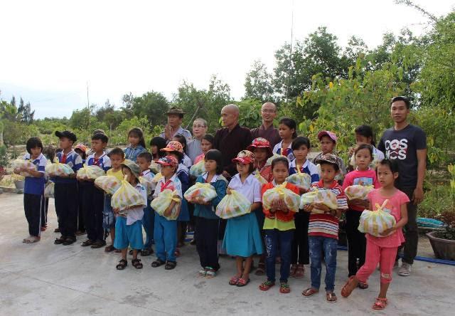 Núi Thành: Hội tương trợ AFOM trao quà từ thiện tại chùa Lộc Tân
