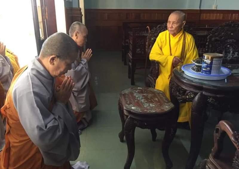 Ni giới Quảng Nam đảnh lễ chư Tôn giáo phẩm Hòa thượng trước khi kiết giới an cư 3 tháng