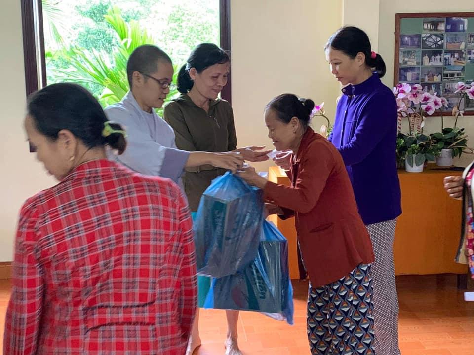 Nông Sơn: Trao tặng 1000 phần quà đến bà con