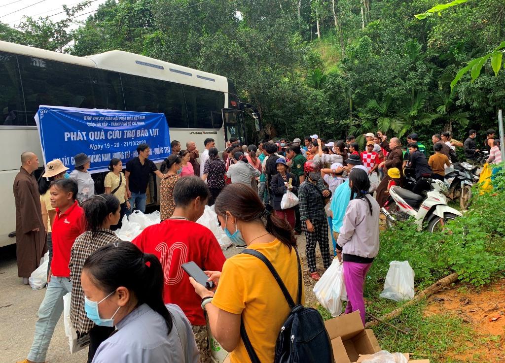 Đông Giang: Ban Trị sự PG Q.Gò Vấp cứu trợ bà con miền núi