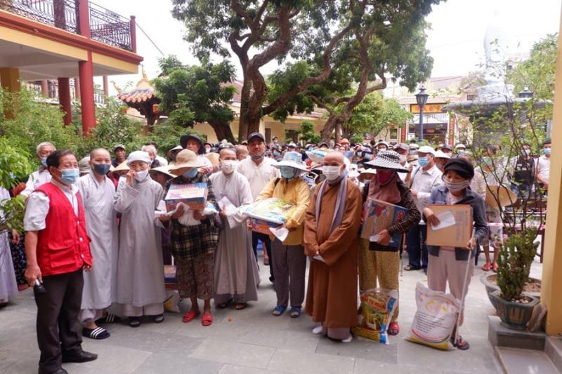 Hội An: Ban Từ thiện Xã hội PG thành phố tặng quà từ thiện tại chùa Bảo Thắng