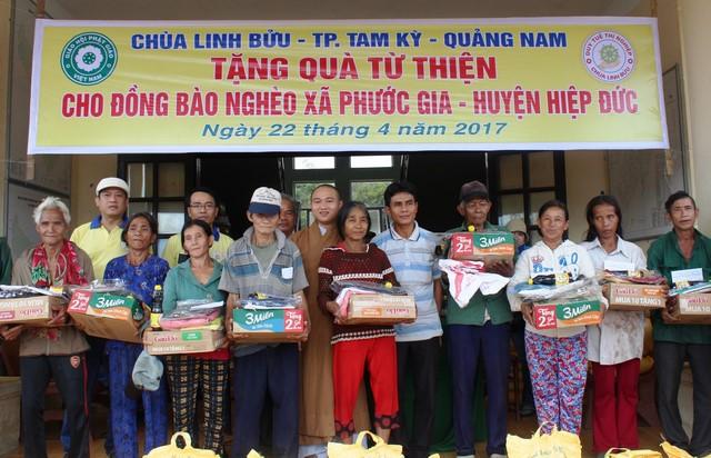 Hiệp Đức: Chùa Linh Bửu phát quà từ thiện cho đồng bào dân tộc tại xã Phước Gia
