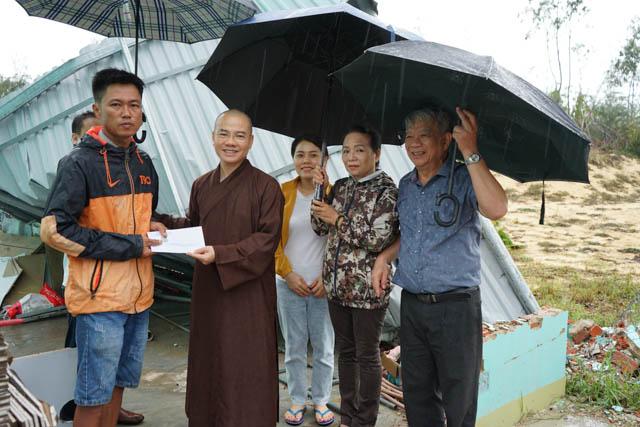 Chùa Bà Đa – Đội TNV Máu Sống, GĐPT Đà Nẵng tiếp tục hỗ trợ đồng bào bị thiên tai lũ lụt tại Quảng Nam