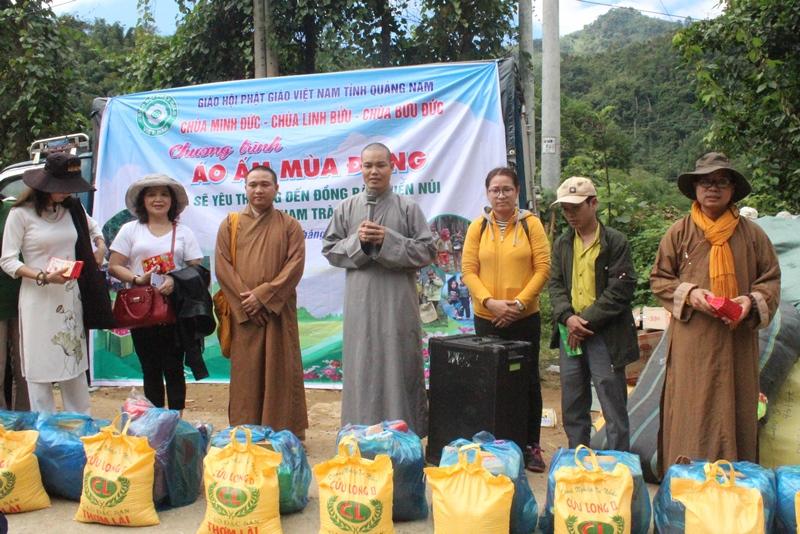 """Chương trình """"Áo ấm mùa đông"""" tặng quà cho bà con khó khăn tại miền núi huyện Nam Trà My"""