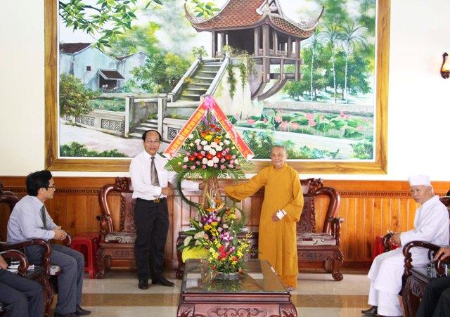 Ủy ban MTTQ Việt Nam tỉnh Quảng Nam tổ chức đoàn đến thăm và chúc mừng nhân Đại lễ Phật đản 2561