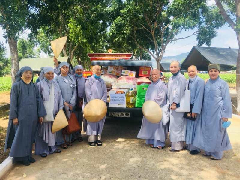 Phân ban Ni giới Quảng Nam đến thăm Tăng Ni tại khu cách ly
