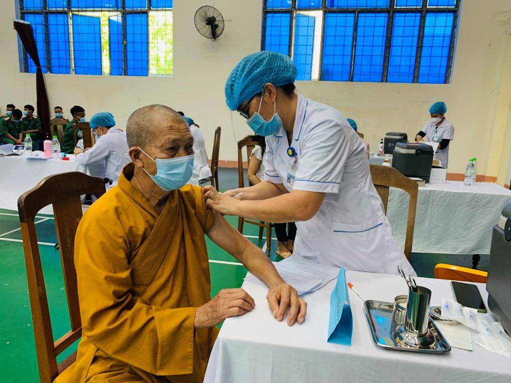 Chư tôn đức Ban Trị sự Phật giáo tỉnh tiêm mũi 1 vắc-xin phòng Covid-19