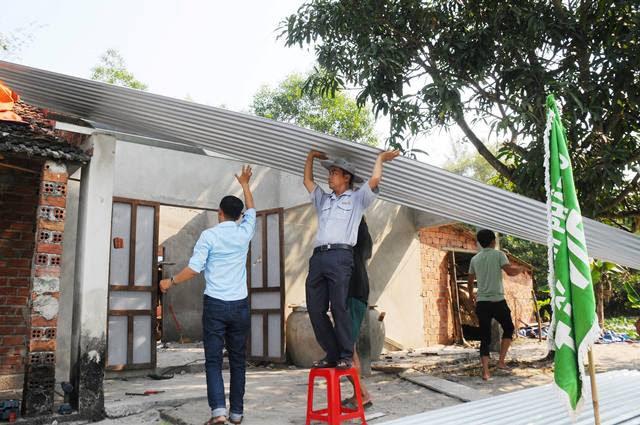 Thăng Bình: GĐPT chùa Tất Viên hỗ trợ lợp nhà cho người nghèo